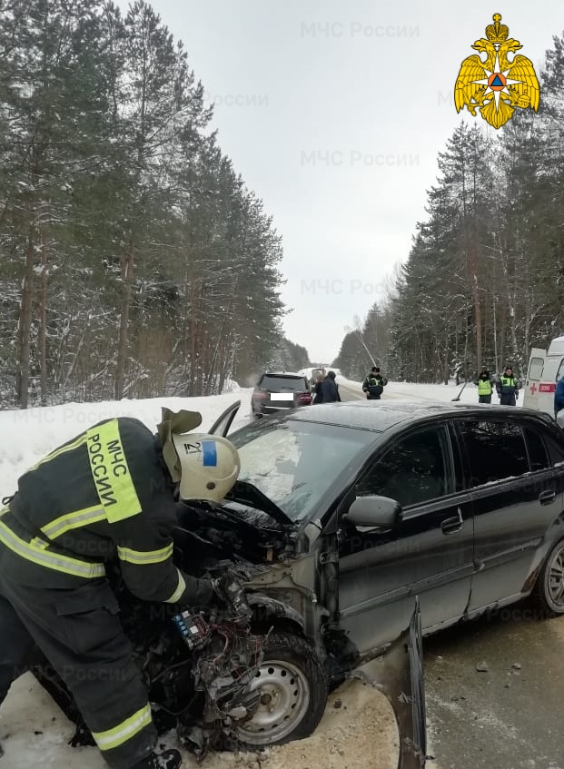 Спасатели МЧС принимали участие в ликвидации ДТП в Юхновском районе, 98 км автодороги «Калуга- Вязьма»
